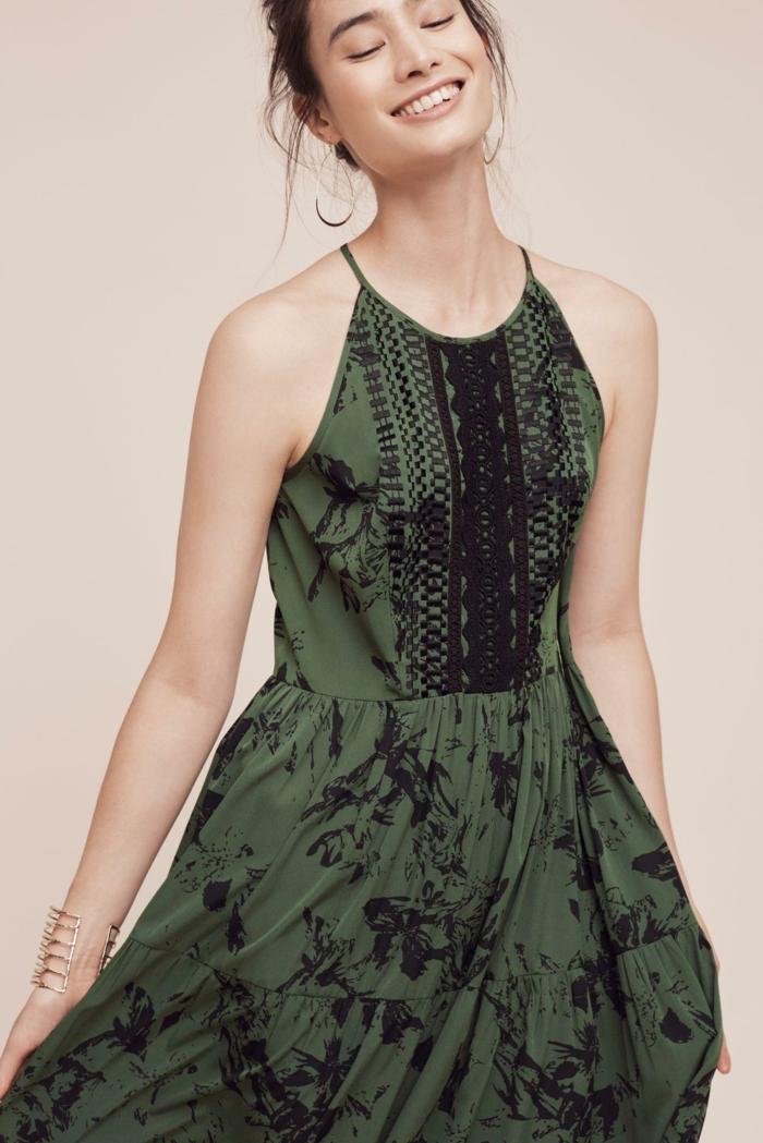 jolie robe fluide esprit bohème chic avec broderie sur le bustier et col tour du cou, robe de style chic ethnique