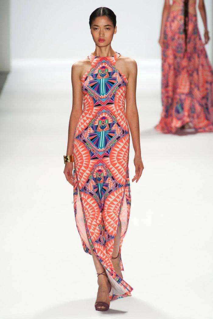 une robe longue d'été à l'imprimé ethnique et à bretelle tour du cou, sandales plates à lacets