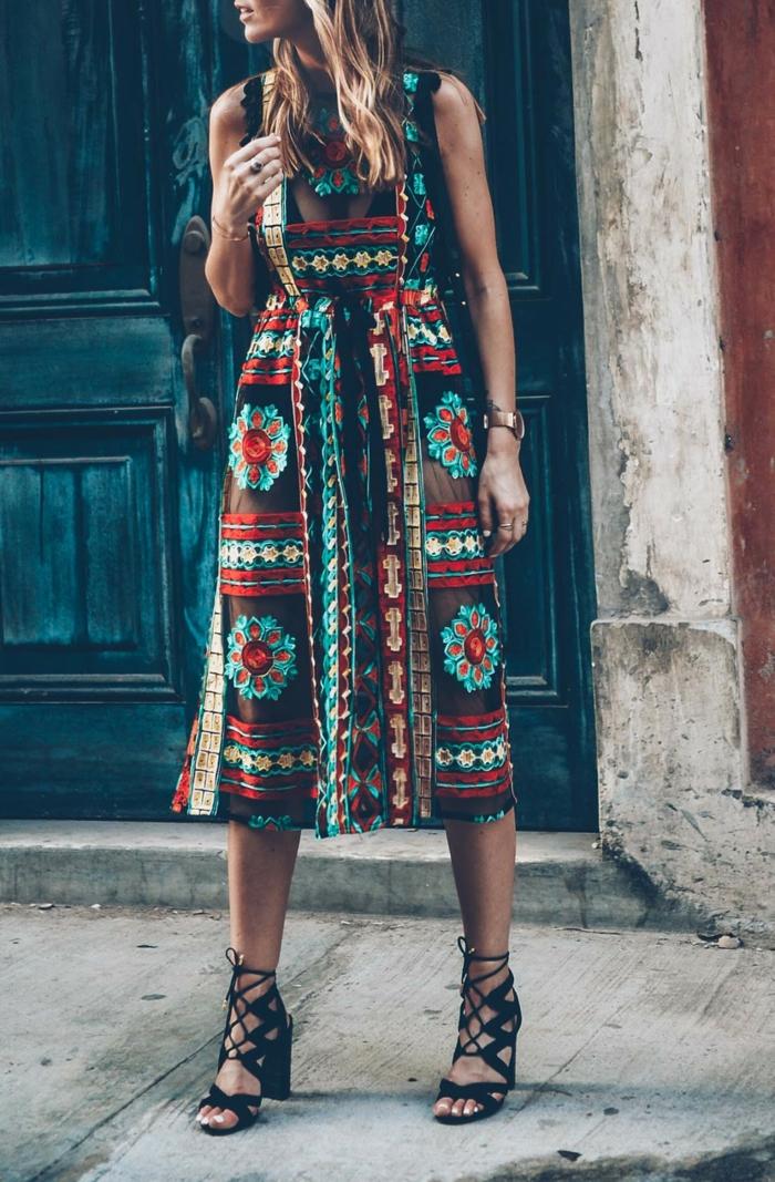 une robe originale qui joue l'effet de transparence et l'imprimé ethnique, look chic avec des sandales à talon haut à lacets