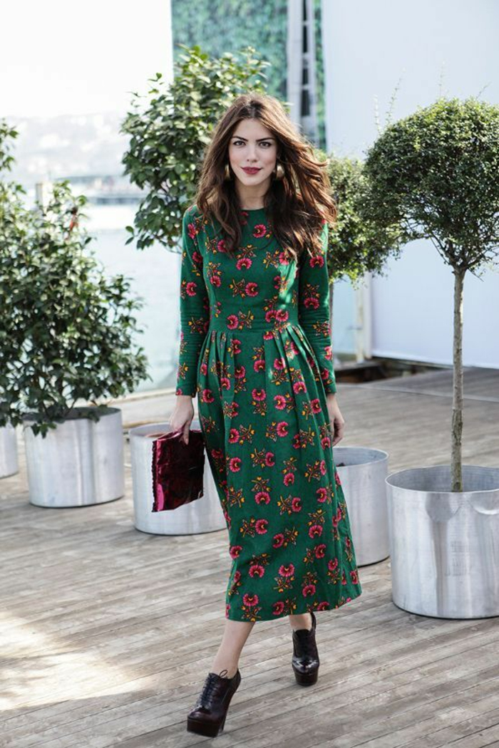 robe longue ethnique à imprimé floral combinée avec des bottines à haut talon