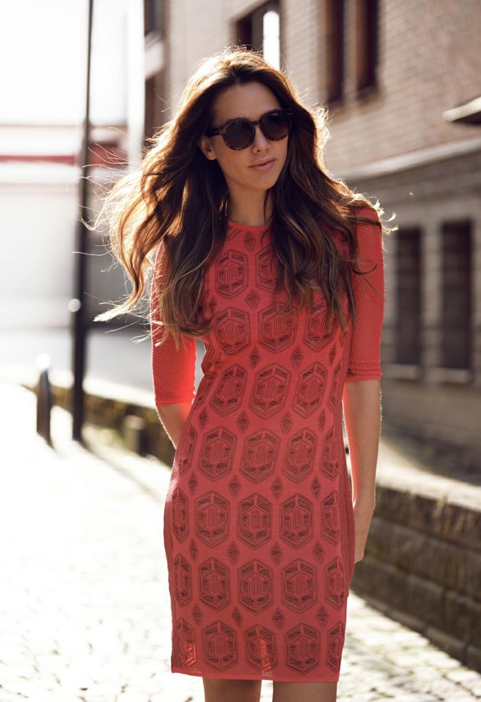 une robe moulante à l'imprimé ethnique, comment adopter la mode ethnique de manière subtile