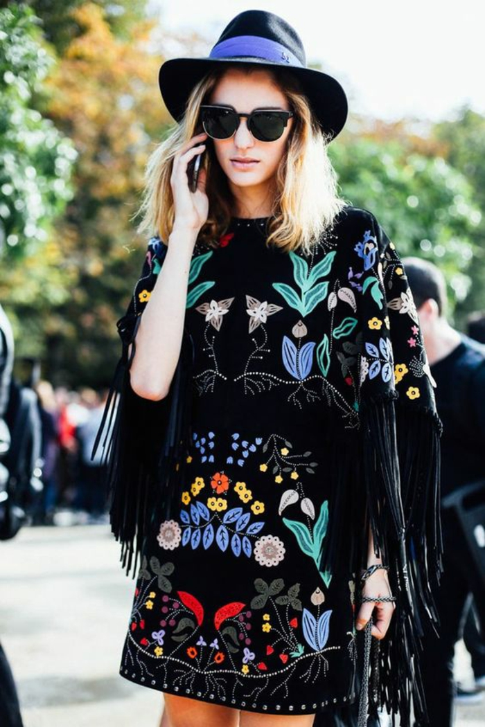 comment adopter le style chic ethnique urbain, robe noire style poncho avec broderie florale et franges