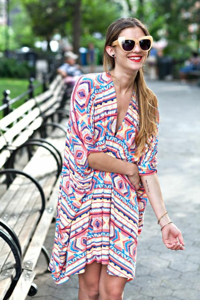 le chic ethnique urbain, robe à motif tribal aux couleurs vives et des lunettes de soleil oversize