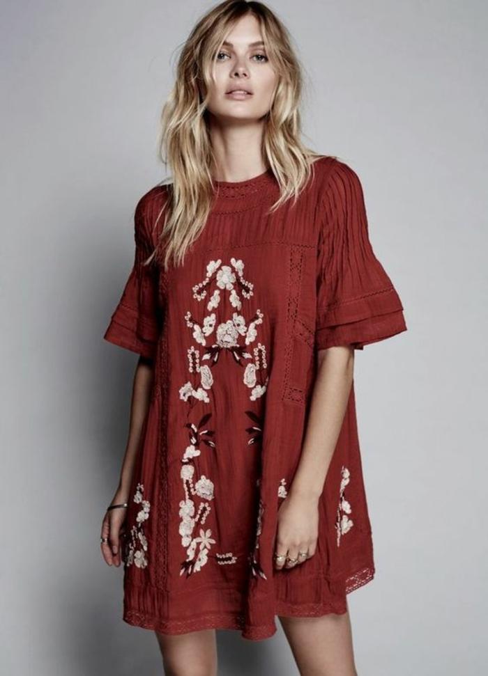 une robe tuniqie bohème avec jolie broderie florale, le look bohème chic en été