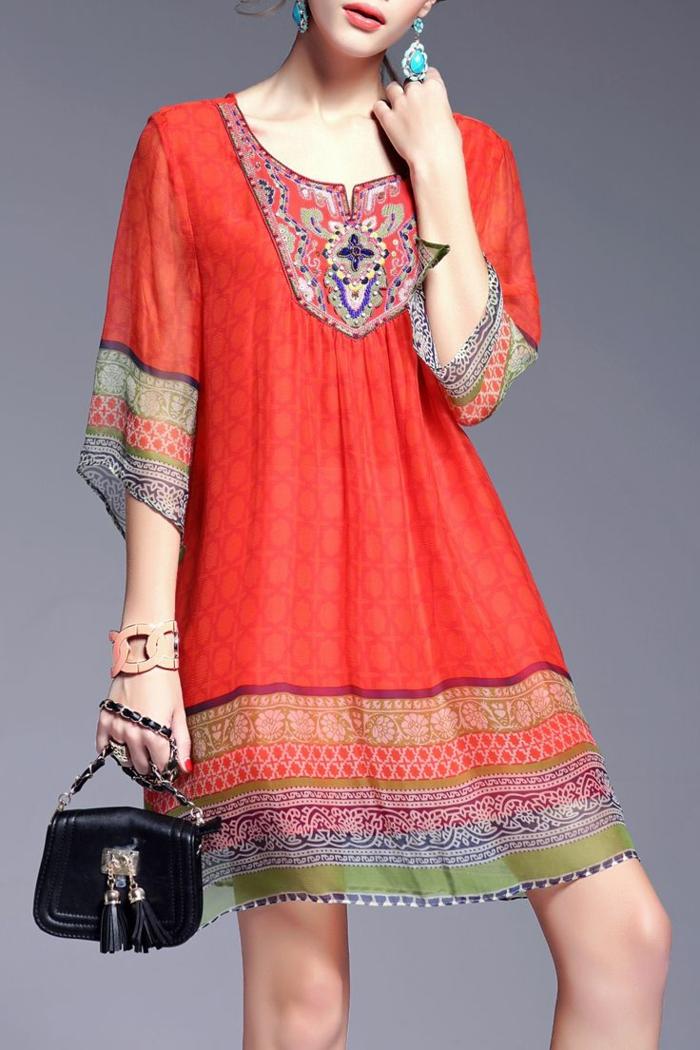robe tunique ethnique légère et fluide associée à des boucles d'oreilles turquoise