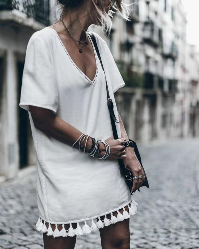 une robe tunique blanche façon t-shirt avec pompons, look bohème chic en blanc