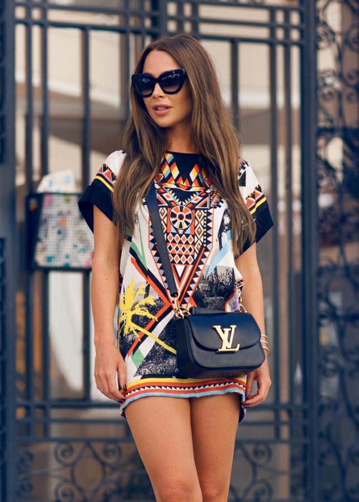 petite robe tunique à motif ethnique porté de façon chic, petit sac à main bandoulière saint-laurent