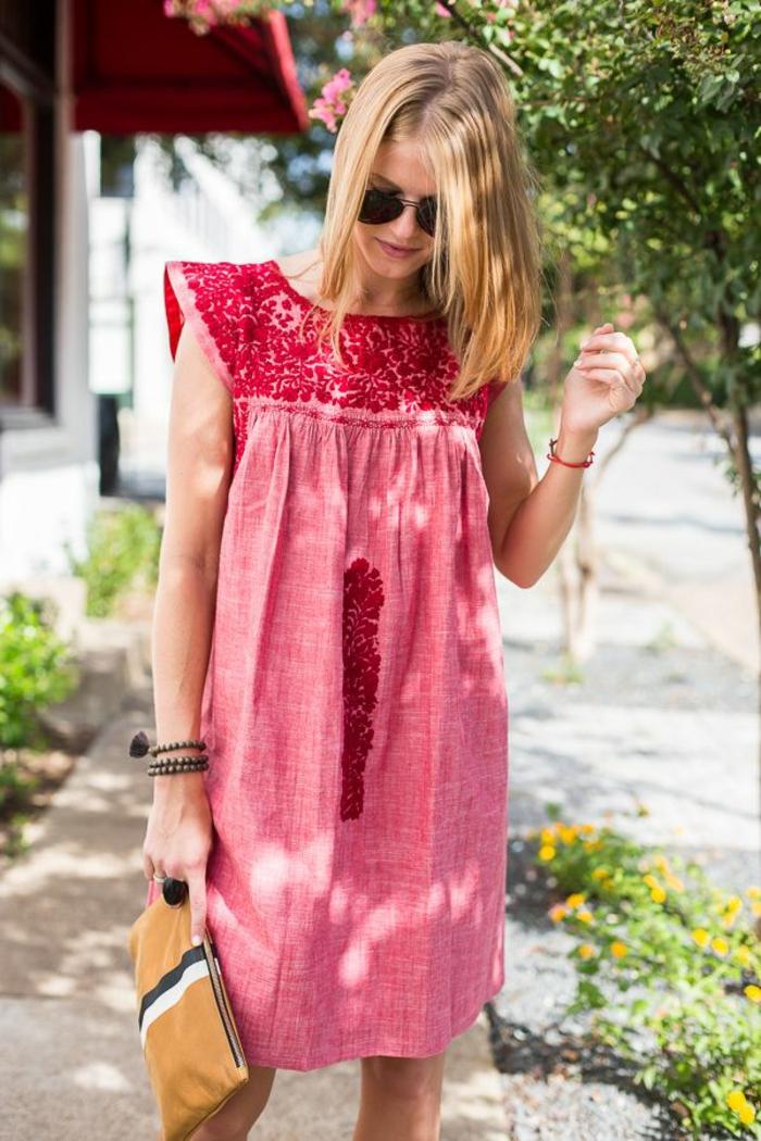 robe tunique couleur rose corail de style mexicain et pochette en cuir à motifs géométriques