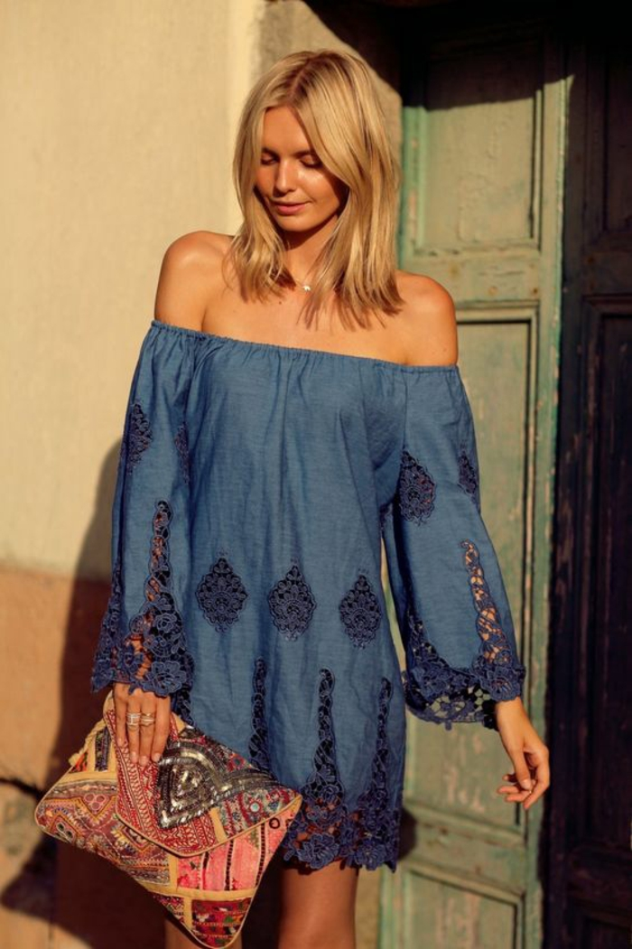 une robe tunique façon jean à col bardot et détails en dentelle, comment réussir le style chic ethnique en été