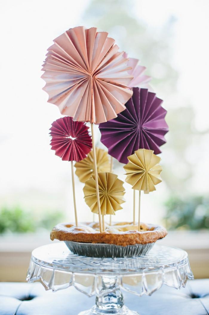 un moulin à vent papier de couleur en forme de rosace, idée originale pour une décoration de cake
