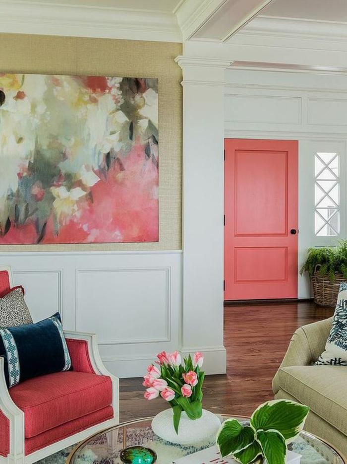 décoration de pièce culeur rose corail, grand tableau en couleurs abstraits, maison moderne blanche,