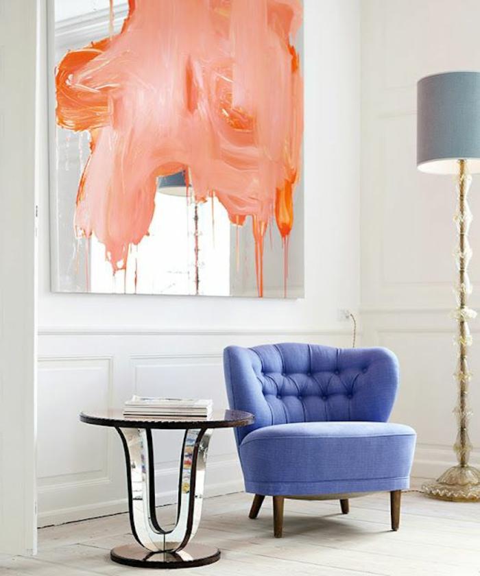 couleur rose corail, peinture abstraite, lampe abat-jour grise, table ronde
