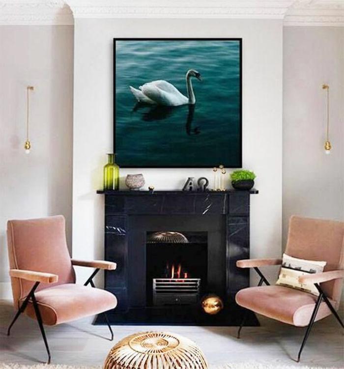 chaises rose corail, cheminée murale, deux ampoules suspendues au mur, photo de cygne blanc