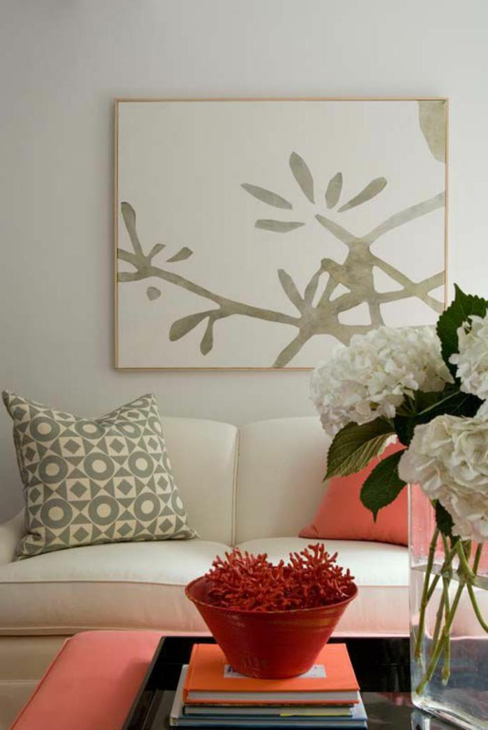 tabouret et coussin rose corail, mur couleur gris clair avec peinture abstraite