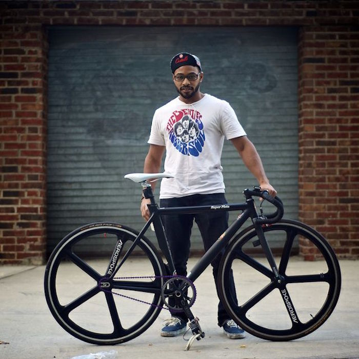 vélo hipster fixie singlespeed cadre piste roues aerospoke batons noir