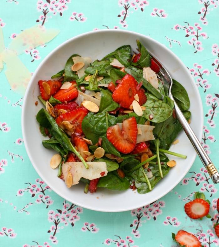 idée de salade picnic facile à préparer, aux épinards, fraises, fromage et vinaigre basilique, pique niquer en plein air, recette legere