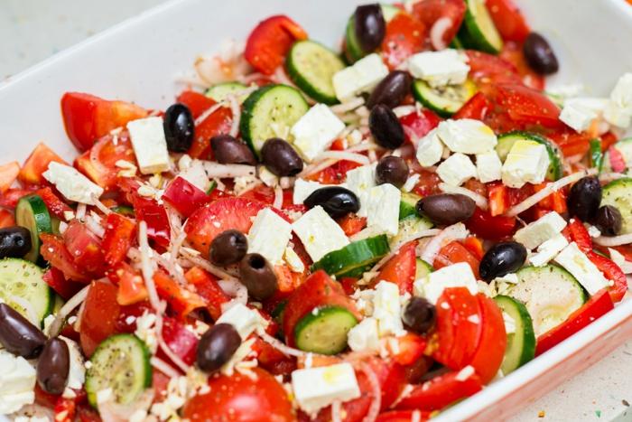 idée de salade picnic bulgare chopska facile à préparer, concombres, tomates, oignon, olives, vinaigre de cidre de pomme et huiole d olive, fromage feta