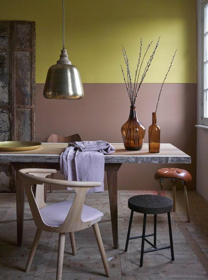 une salle à manger de style industriel au mur bicolore en ocre jaune et rose beige