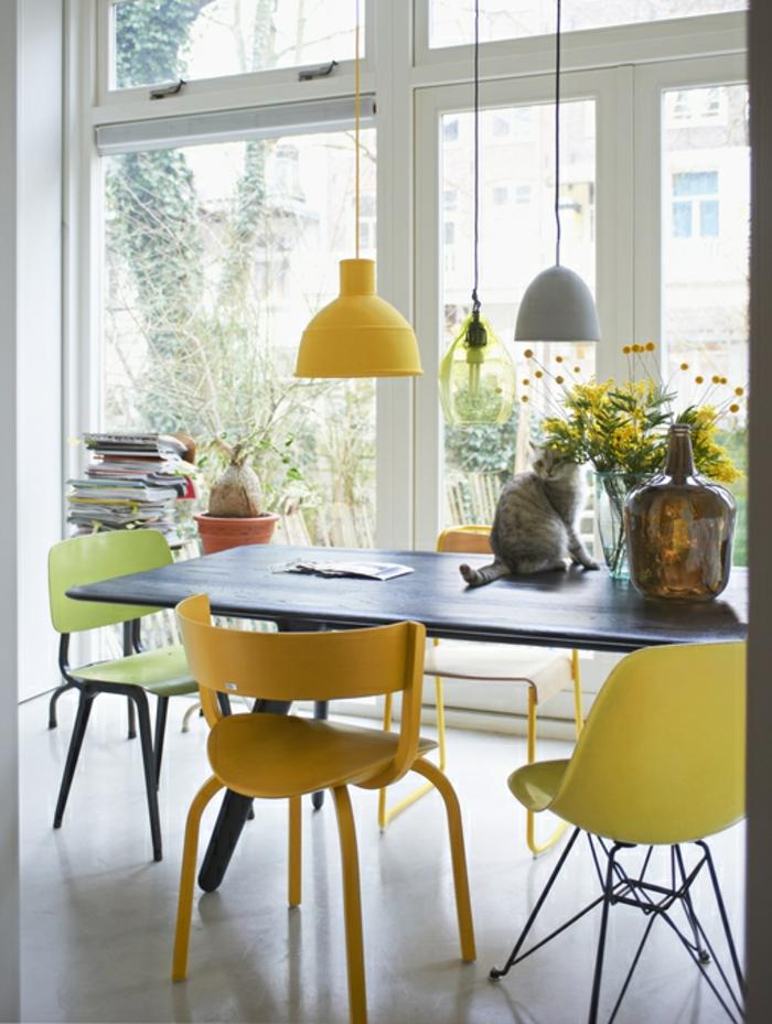des chaises aux différentes nuances de l'ocre jaune, déco gris et jaune dans un intérieur scandinave