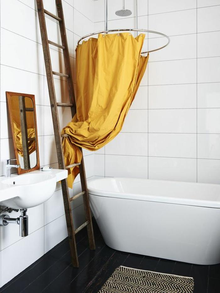 une salle de bains en noir et blanc de style épuré baignoire élégante, rideau de douche couleur jaune moutarde