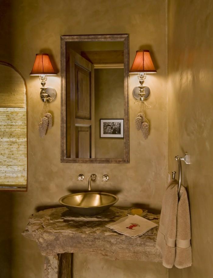 une salle de bains rustique de style espagnol aux nuances de la couleur ocre doré