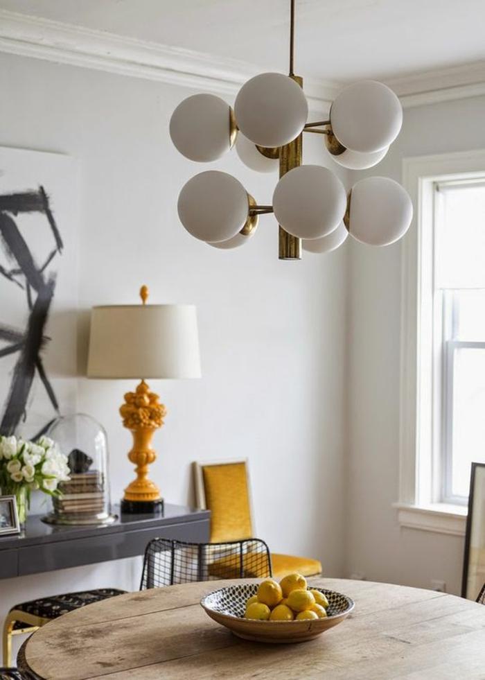 intérieur blanc d'un salon élégant égayé par une touche ocre jaune