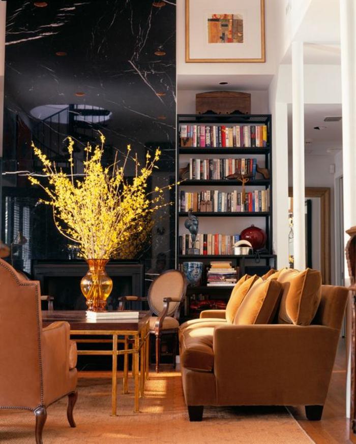 intérieur ocre jaune doré mis en valeur par une cheminée moderne noire