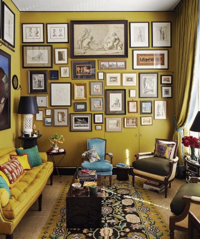 du jaune curry dans un salon éclectique, canapé ocre jaune, mur en cadres