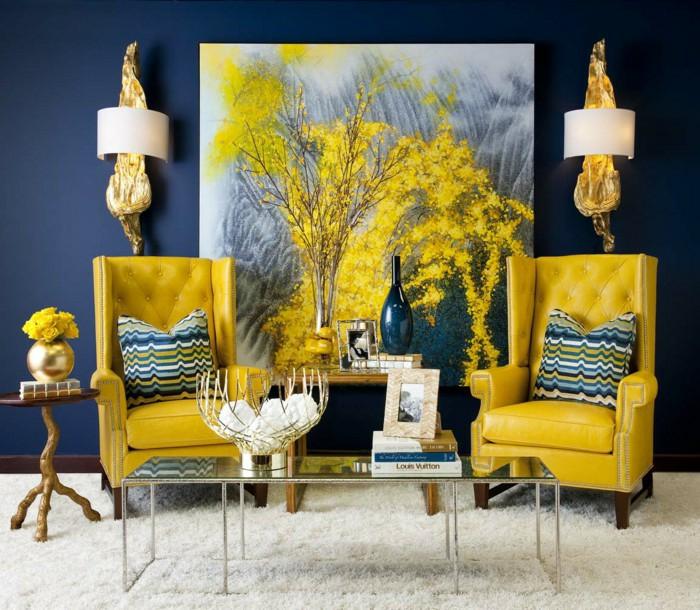un salon de luxe bleu aux accents couleur jaune moutarde, tapis douiller blanc