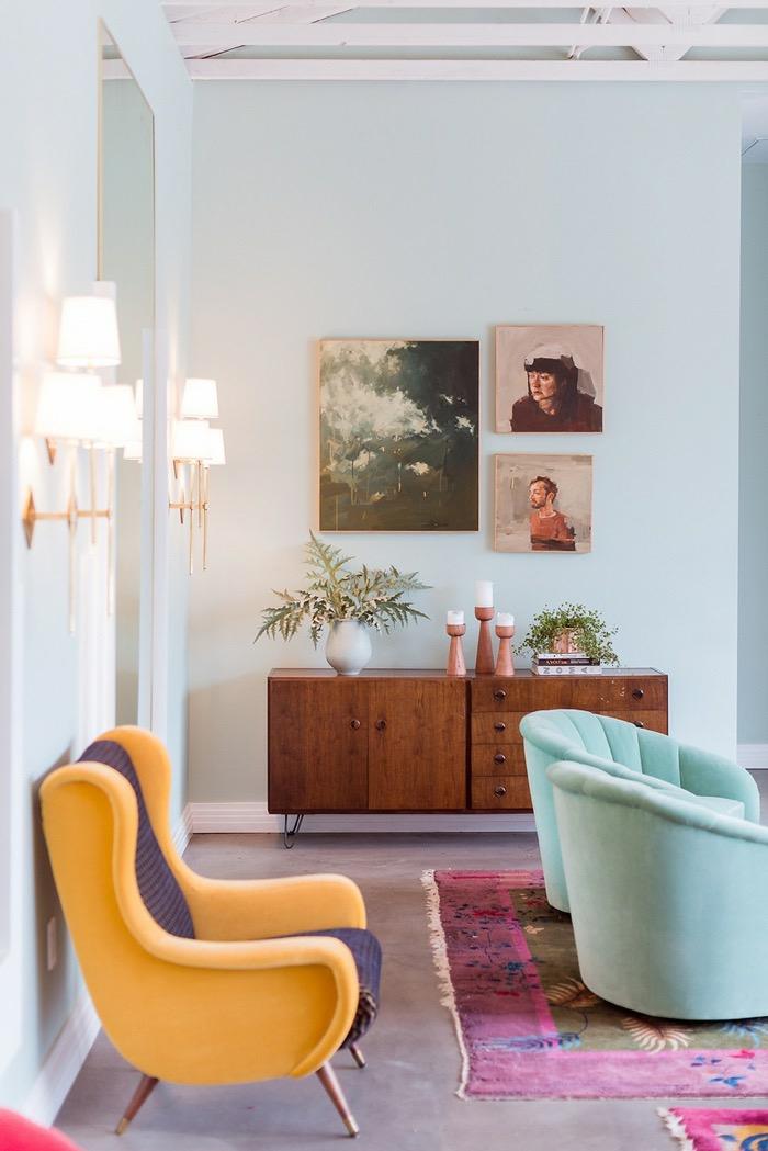 salon vintage aux nuances pastel relooké par un fauteuil ocre jaune