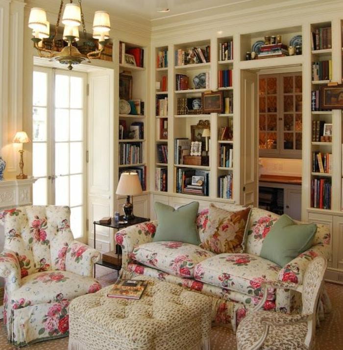 salon déco campagne chic, canapé et fauteuil à motifs liberty, shabby, chic, grande bibliothèque, lustre classique, chaise et table beiges