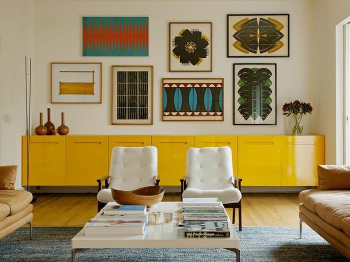 mobilier jaune au design scandinave dans un intérieur aux tons neutres, mur en cadres pour dynamiser l'intérieur