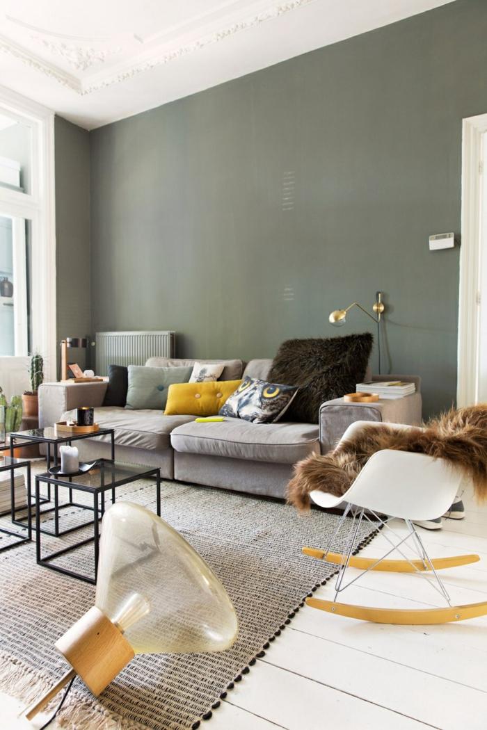 salon d'intérieur élégant aux nuances du gris et du vert d'olive, accents déco en ocre jaune