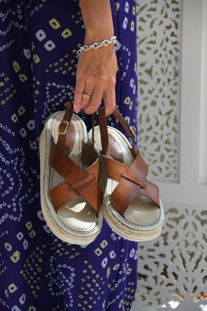 sandales à plateforme pour femmes en marron et blanc portées avec une combinaison bleue