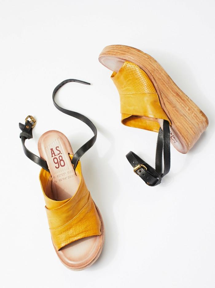 sandale plateforme en jaune et noir pour les jupes et les robes