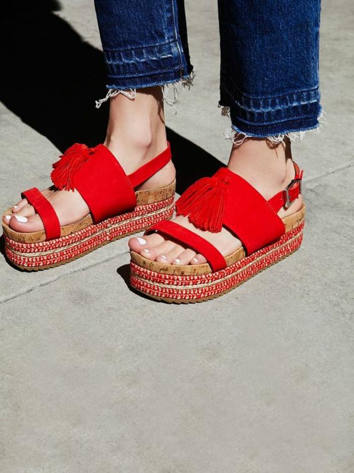 sandale femme a plateforme en rouge avec des pompons de style ethniques