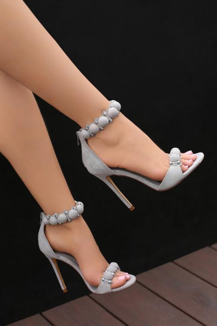 sandale femme talon haut avec des boules décoratives en gris clair sur la cheville