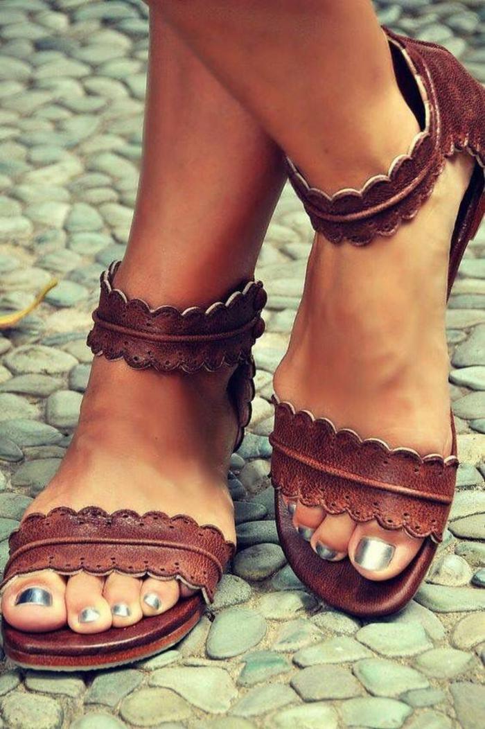 sandale aux effets ajourés en marron foncé vers le bordeaux avec fermeture sur la cheville