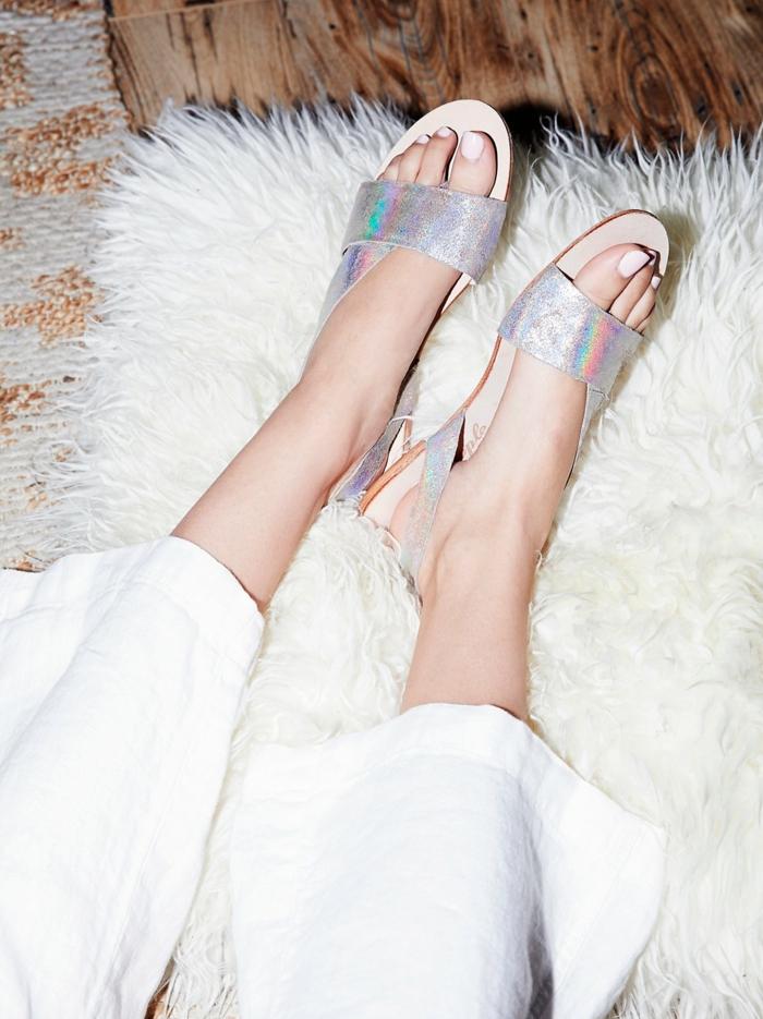 sandale femme aux reflets métalliques irisés talons plats avec plante blanche et semelle marron clair