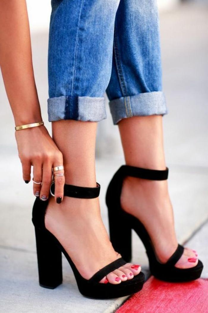 sandale noire femme aux talons très hauts avec fermeture sur la cheville