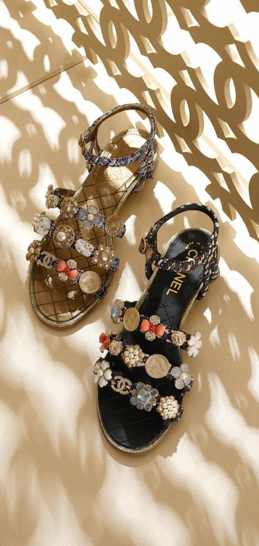 sandale femme Chanel riche en décoration avec les logos en pierres synthétiques blanches