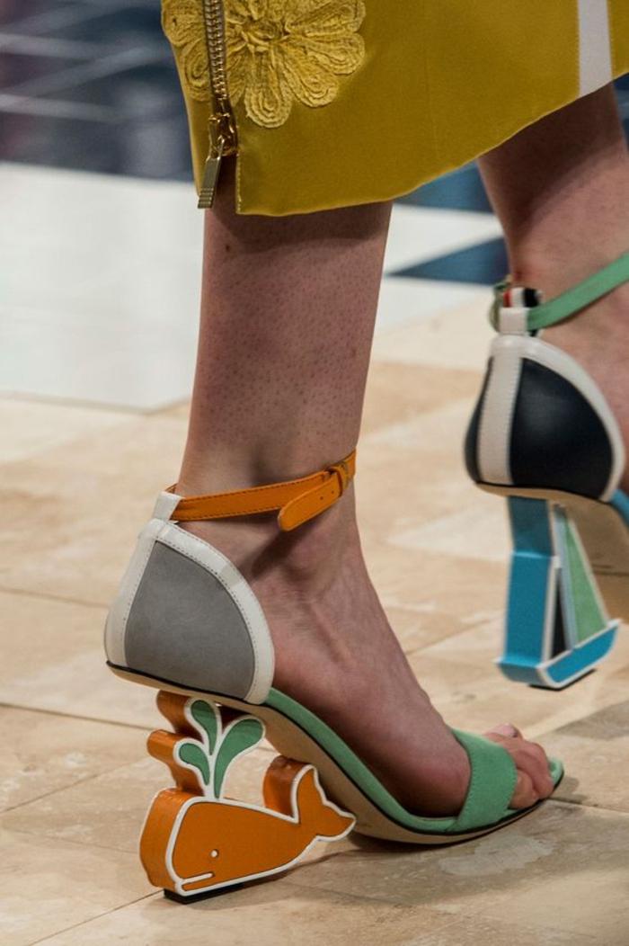 sandales compensée haute en couleurs avec motif marin baleine nuances pastels