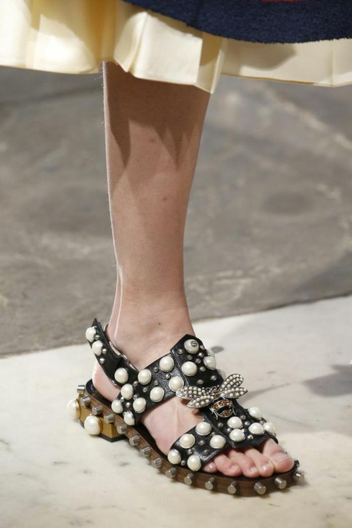 sandale noire femme avec des boules imitation perles blanches Gucci avec motif déco grande abeille aux ailes ornées de pierres blanches