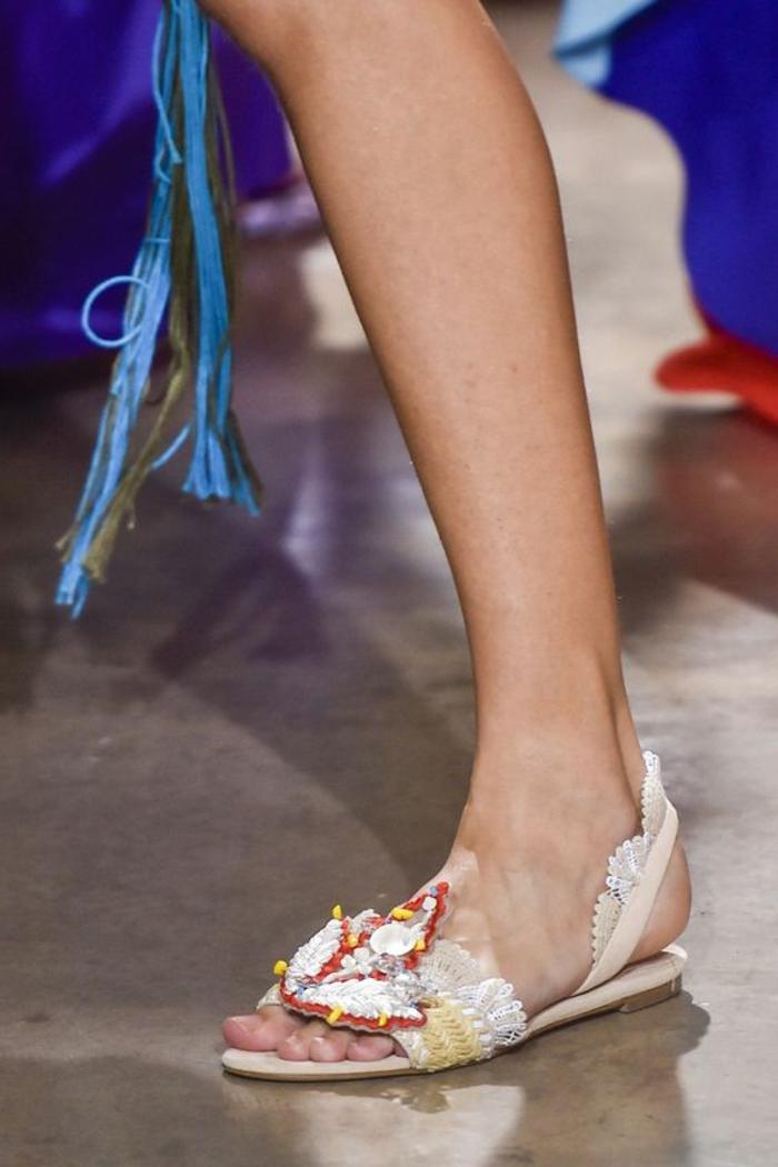 sandales femmes blanches aux motifs dentelle blanche et décoration grande feuille en rouge blanc et jaune
