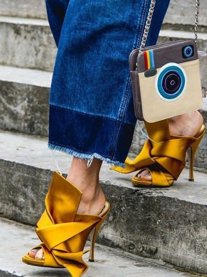 sandales pour femme en couleur moutarde avec gros noeud devant aux talons aiguilles