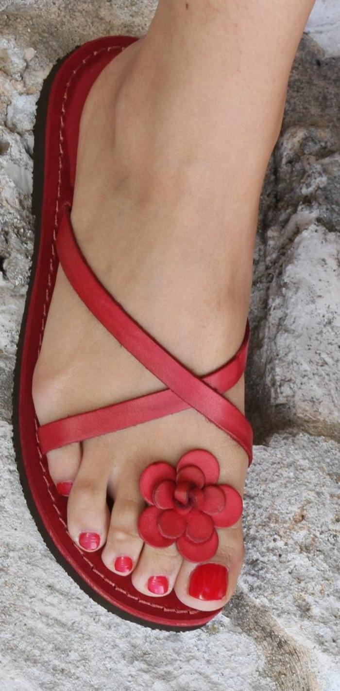 sandales pour femme en rouge avec une fleur devant style flip flop