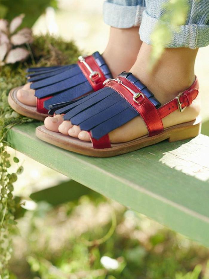 sandales femmes plats imitation mocassins devant en rouge et bleu avec finition métallique du rouge