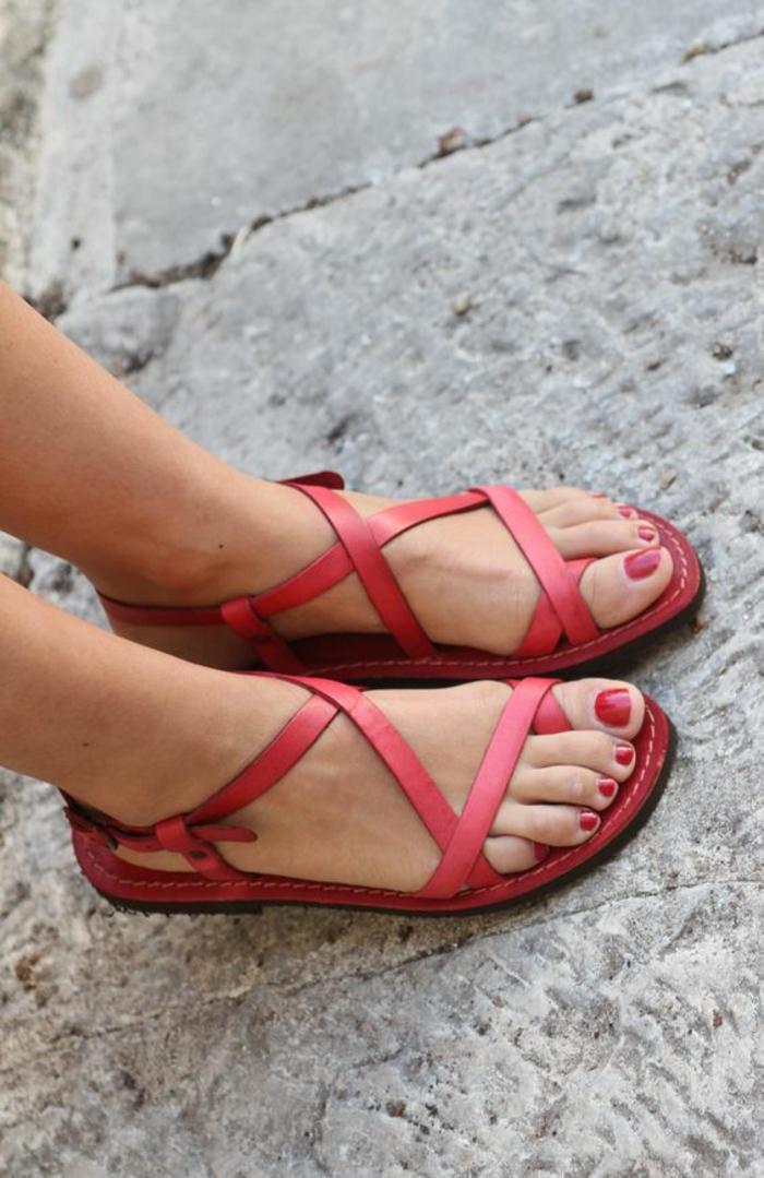 sandale plat en rouge tomate avec 4 bandes fines autour de la plante du pied