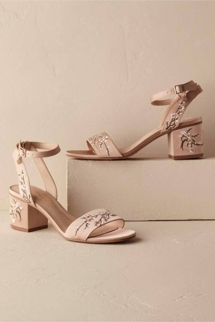 sandales romantiques mariée en rose avec des fleurs brodées avec talon mi-haut et solide confortable