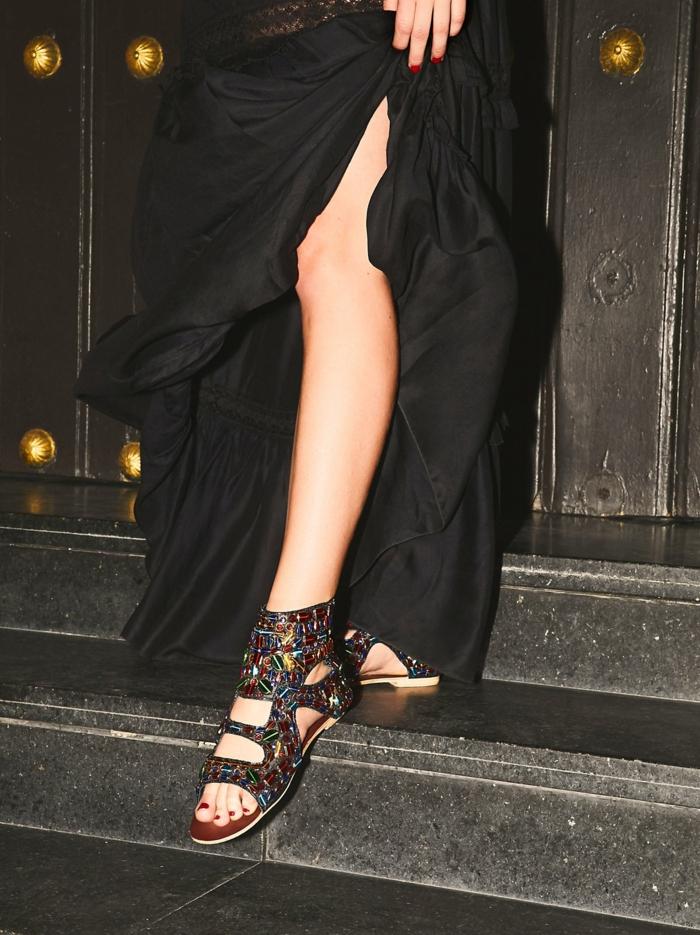 sandale noir femme brillant et coloré talons plats pieds découverts